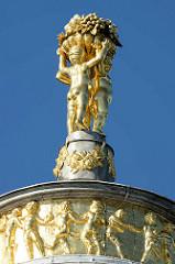 Vergoldete Figuren / Putten auf dem Dach des Rundtempels vom Potsdamer Marmorpalais.
