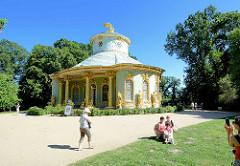 Chinesische Haus - Chinesisches Teehaus; Gartenpavillon im Park Sanssouci in Potsdam. Friedrich der Große ließ den Baumeister Johann Gottfried Büring 1764 den Pavillon im Zeitgeschmack der Chinoiserie, eine Mischung von ornamentalen Stilelementen des