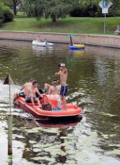 Bootsverkehr auf der Havel in Potsdam bei der Freundschaftsinsel - Tretboot und Schlauchboot im Havelarm Alte Fahrt.