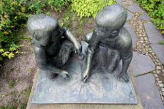 Zeichnende Kinder - Hans Klakow 1963 - Bronzeskulptur auf der  Freundschaftsinsel in Potsdam.