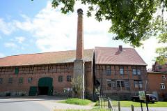 Historische Industriearchitektur in Dannenberg, Elbe - ehem. Brauereigebäude, Schornstein mit Storchennest.