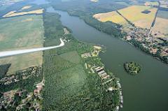 Flug mit dem Segelflieger über die Kyritzer Seenkette - die Seen sind eine 22 km lange eiszeitliche Schmelzwasserrinne, vor ca. 20 000 Jahren entstanden. Blick über den Klempowsee und den Untersee.