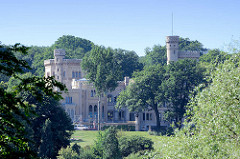 Babelsberger Schloss in Potsdam, Einweihung des klassizistischen Gebäudes 1835, Erweiterungen 1849. Seit 1990 gehört der Park Babelsberg als Teil der Schlösser und Parks von Potsdam und Berlin zu Liste des UNESCO Welterbe.