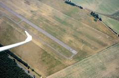 Flug über den Verkehrslandeplatz Kyritz, Heinrichsfelde. Segelflugzeuge stehen auf der Wiese - gemähte Startbahn / Landebahn.