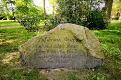 Gedenkstein, Findling auf dem St. Annenfriedhof in Dannenberg - Inschrift: Auf diesem Steine sitzend dichtete Theodor Körner im Mai 1813 sein Bundeslied vor der Schlacht.