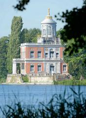 Blick über den Heiligensee zum Neuen Garten und dem Marmorpalais in Potsdam - Teil des Potsdamer UNESCO Weltkulturerbe.