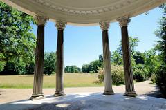 Dorische Säulen vom Freundschaftstempel im Potsdamer Park Sanssouci - der Freundschaftstempel ist ein kleiner Rundtempel, den der preußische König Friedrich II. zum Andenken an seine 1758 verstorbene Lieblingsschwester, die Markgräfin Wilhelmine von