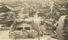 Historische Luftaufnahme / Flugbild von Potsdam - Blick auf das Stadtschloss und die St. Nikolai Kirche; re. die Havel, Alte Fahrt und das Palast Hotel mit Schiffsanleger.