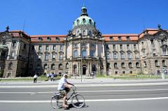 Das Potsdamer Stadthaus ist als Rathaus der Stadt Potsdam Sitz der Stadtverwaltung und des Oberbürgermeisters. Das Gebäude wurde zwischen 1902 und 1907 als Regierungsgebäude für den Regierungsbezirk Potsdam erbaut.