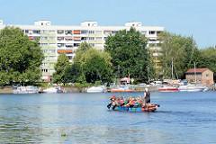 Ruderboot auf der Potsdamer Havel - restaurierte Plattenbauten am Havelufer, Auf dem Kiewitt.