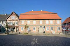 Am Markt in Wusterhausen / Dosse; Gebäude vom  Wegemuseum; Spezial- und Regionalmuseum zu historischen Wegen im Wandel der Zeit. Ehem. Herbst'sches Haus, erbaut 1764.