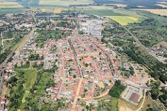 Flug im Segelflugzeug über Kyritz - in der Bildmitte die Kyritzer Pfarrkirche St. Marien.