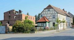 Altes verfallenes Ziegelgebäude ohne Dach - restauriertes Fachwerkhaus; Architektur in Wusterhausen, Dosse.