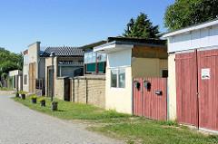 Garagen und Schuppen an der Uferpromenade der Havel in Werder.