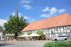 Historisches Wirtschaftsgebäude, Fachwerkgebäude am Amtsberg in Dannenberg - im Hintergrund der Kirchturm der St. Johanniskirche.
