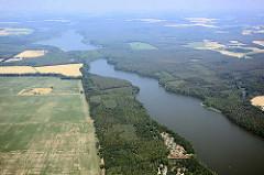 Flug mit  dem Segelflieger über die Kyritzer Seenkette - die Seen sind eine 22 km lange eiszeitliche Schmelzwasserrinne, vor ca. 20 000 Jahren entstanden. Blick über den Untersee und Obersee.