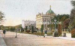 Alte Ansicht vom Neuen Palais in Potsdam - ein Gittertorverschliesst den Zufahrtsweg von Polizei / Soldaten bewacht.