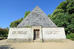 Eiskeller in Form einer Pyramide, erbaut 1992 - die Anlage diente zum Frischhalten von Nahrungsmitteln.