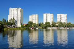 Hochhäuser auf Ufer der Neustädter Havelbucht in Potsdam - lks. der Betonschalenbau, Pavillon Seerose.
