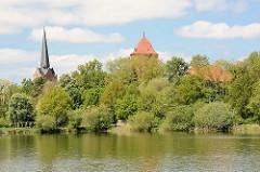 Blick über den Thielenburger See zur St. Johanniskirche und dem Waldemarturm in Dannenberg, Elbe.