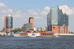 Der historische Raddampfer auf der Elbe vor der Hamburger Hafencity - das Museumsschiff wurde 1905 gebaut.