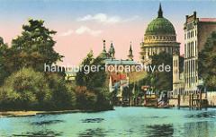 Historische Ansicht - Blick von der Havel zur St. Nikolaikirche in Potsdam; Speichergebäude mit Schiffsanleger am Ufer - lks. Bäume und Sträucher auf der Freundschaftsinsel.
