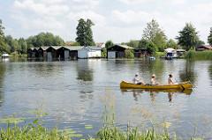 Kanu auf der Havel - im Hintergrund Bootshäuser bei Zehdenick.