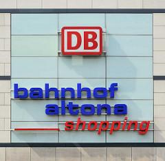 Schild an der Fassade vom Bahnhofsgebäude Hamburg Altona: DB - bahnhof altona - shopping.