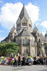 Grillfest von AnwohnerInnen und Flüchtlingen im Hamburger Karoviertel auf dem Tschaikowsky-Platz; im Hintergrund die ehem. Gnadenkirche, die seit 2004 als russisch-orthodoxe Kirche Heiliger Johannes von Kronstadt genutzt wird.