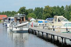 Sportboothafen / Stadthafen Zehdenick - Motorboote, Gastlieger am Steg an der Havel.