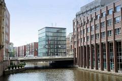 Moderne Architektur am Alsterfleet / Admiralitätsstrassefleet in der Hamburger Innenstadt.