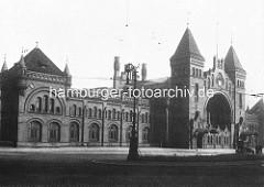 Historische Ansicht vom Empfangsportal des Altonaer Bahnhofs, ca. 1898.