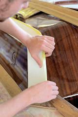 Zum Schutz werden einzelne Deckteile mit Malerkrepp abgeklebt.