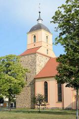 Kirchturm der Stadtkirche von Zehdenick; ursprünglich als Feldsteinquadermauerwerk 1250 erbaut - jetzige Gestalt Wiederaufbau 1812.