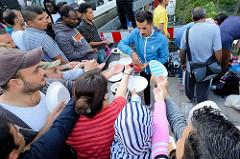 Grillfest von AnwohnerInnen und Flüchtlingen im Hamburger Karoviertel.