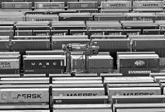 Containerlager auf dem Hamburger Containerterminal EUROGATE - ein Portalhubwagen / straddle carrier fährt durch die Containerreihen.
