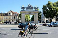 Das Jägertor von 1733 ist das älteste noch erhaltene Potsdamer Stadttor. Das Tor war ursprünglich Teil der Potsdamer Stadtmauer, der Akzisemauer, die nicht der Befestigung diente, sondern die Desertation der Soldaten und den Warenschmuggel verhindern