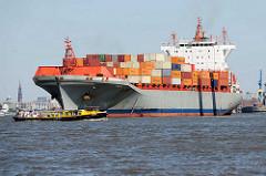 Der Containerfrachter META läuft aus dem Hamburger Hafen aus - eine Barkasse mit Touristen an Bord kreuzt die Fahrrinne.