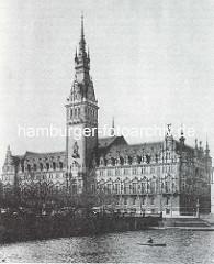 Historisches Bild vom Rathaus der Freien und Hansestadt Hamburg - Blick über die Kleine Alster, ca. 1900.