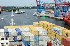 Blick über Container in den Waltershofer Hafen - eines der Hafenbecken im Hamburger Hafen.