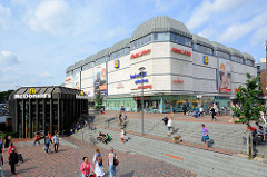 Blick vom Paul-Nevermann-Platz zum Gebäude des Altonaer Bahnhofs - Geschäftsgebäude.