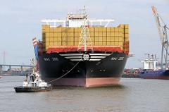 Der Containerfrachter MSC ZOE fährt rückwärts an den Liegeplatz im Hamburger Hafen / Container Terminal Eurogate.