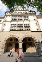 Amtsgericht Hamburg Altona, Max-Brauer-Alle; erbaut 1907 - Putzbau im Stil der deutschen Renaissance.