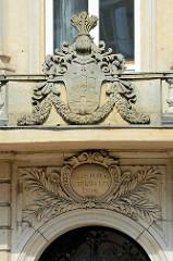 Hamburg Wappen über dem Eingang zum Stadthaus an der Stadthausbrücke - Medaillon mit stilisierten Ölbaumzweigen und eine in Gold eingelegte Inschrift: Salus Populi suprema lex esto / Das Wohl des Volkes sei (uns) oberstes Gesetz.