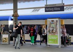 Bahnsteig mit Reisenden, die aus einem Zug gestiegen sind; Schild Hamburg Altona - Bilder vom Altonaer Bahnhof.