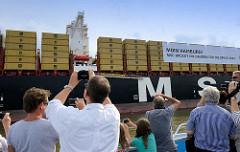 Das Frachtschiff MSC ZOE läuft im Hamburger Hafen ein - von Bord eines Fahrgastschiffs wird der Containerriese fotografiert.