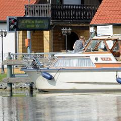 Halteplatz der Selbstbedienungsschleuse Zehdenick an der Havel - die Anzeige zeigt Rot, Gegenschleusung abwarten.