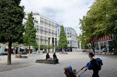 Platz mit Bänken und Bäumen in der City Hamburgs, Hohe Bleichen - Heuberg - Grosse Bleichen.