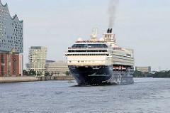 Das Kreuzfahrtschiff, Passagierschiff MEIN SCHIFF 1 verlässt Hamburg - lks. die Elbphilharmonie und im Hintergrund der Marco Polo Tower  in der Hafencity.