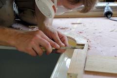 Feinarbeiten mit dem Stechbeitel - Auslassungen für die Scharniere der Hecklucke im Mahagonierahmen.